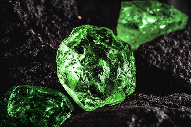 Roher smaragd-edelstein in seltener steinmine, hellgrüner stein