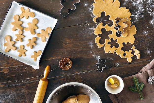 Roher teig des weihnachtslebensmittels, der draufsicht lebkuchenmannplätzchen weihnachtsnachtisch kocht
