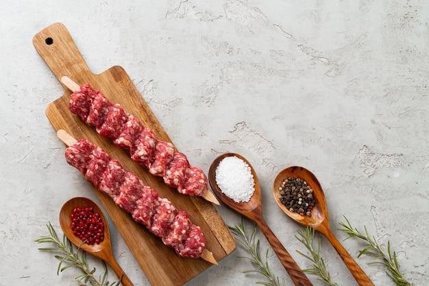 Roher türkischer traditioneller fleischspiesse auf dem tisch. nahaufnahme.