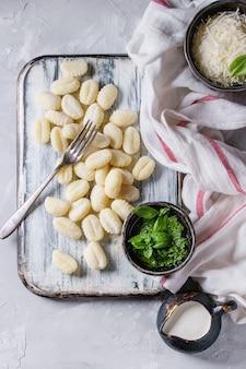 Roher ungekochter kartoffelgnocchi