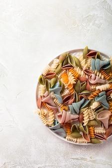 Rohes buchstabiertes mehl sortierte bunte teigwaren