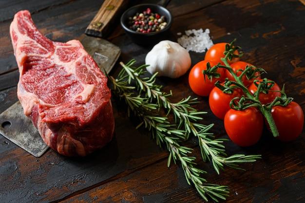 Rohes cowboy-steak auf hackmesser