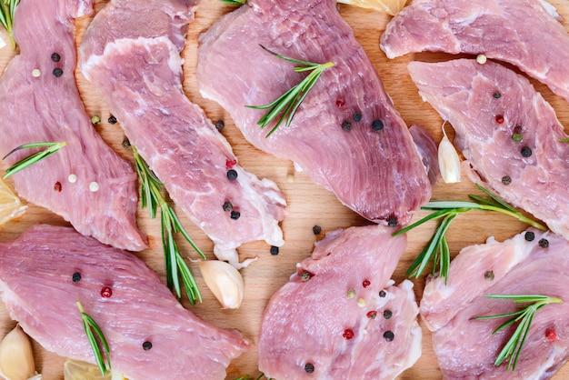 Rohes flaches fleisch für steak (kotelett) mit gewürzen auf einem schneidebrett. draufsicht. nahansicht