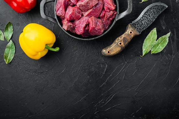 Rohes fleisch für eintopf gewürfelt mit süßem paprika in gusseiserner pfanne