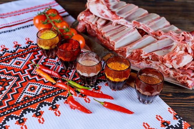 Rohes fleisch, hammelfleisch, mit frischen kräutern mariniertes lamm
