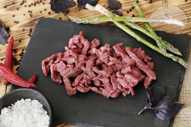 Rohes fleisch kochen