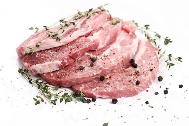 Rohes fleisch mit gewürzen