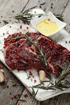 Rohes fleisch mit kräutern und gewürzen