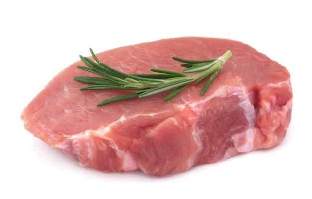 Rohes fleisch mit rosmarin auf weißem hintergrund