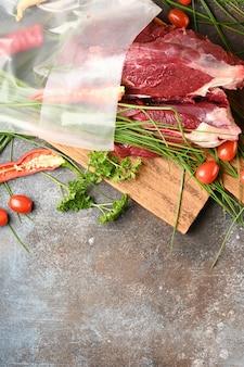 Rohes fleisch mit zutaten zum kochen, ansicht von oben
