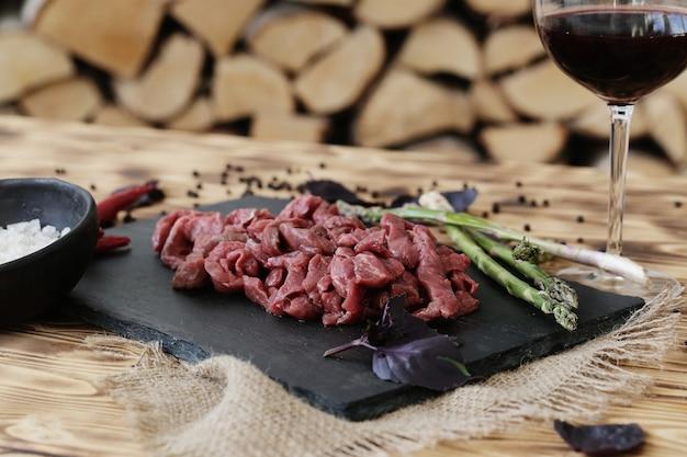 Rohes fleisch mit zutaten zum kochen von mahlzeiten