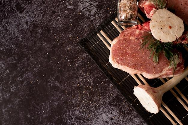 Rohes fleisch, rindfleischsteak auf schwarzem hintergrund, draufsicht