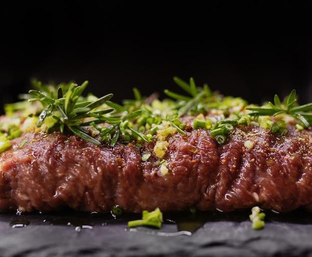 Rohes fleisch steak marinade gewürze