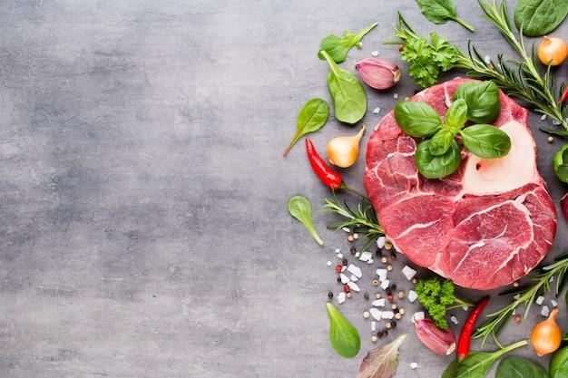 Rohes frisches fleisch ribeye steak mit gewürzen.