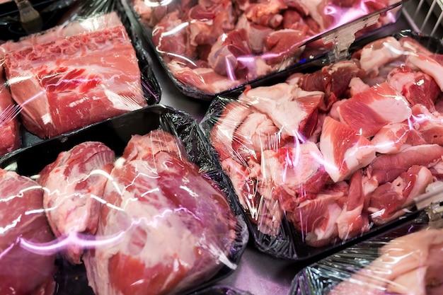 Rohes frisches fleisch, rind- oder schweinefleisch im supermarkt