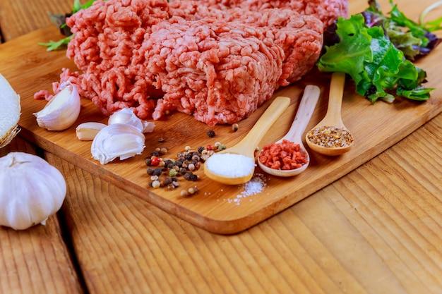 Rohes frisches rinderhackfleischhackfleisch auf platte