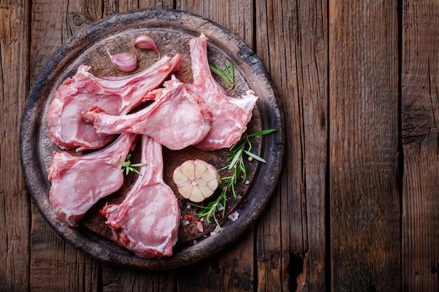 Rohes frischfleisch kalbfleischrippe steak auf knochen- und fleischgabel