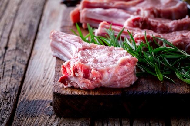 Rohes frischfleisch kalbfleischrippe steak auf knochen