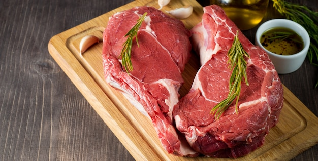 Rohes frischfleisch mit rosmarin