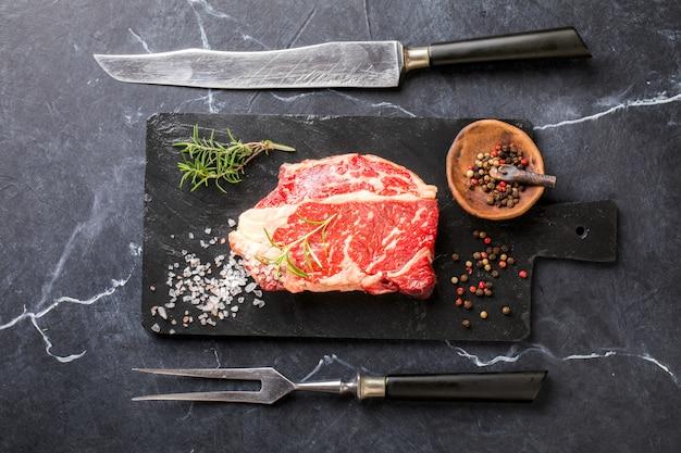 Rohes frischfleisch-rindfleisch-steak. partynahrung.
