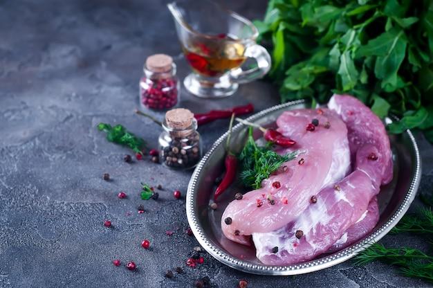 Rohes frischfleischsteak entrecote und gewürze in der eisenplatte mit öl, paprika, gewürzdill