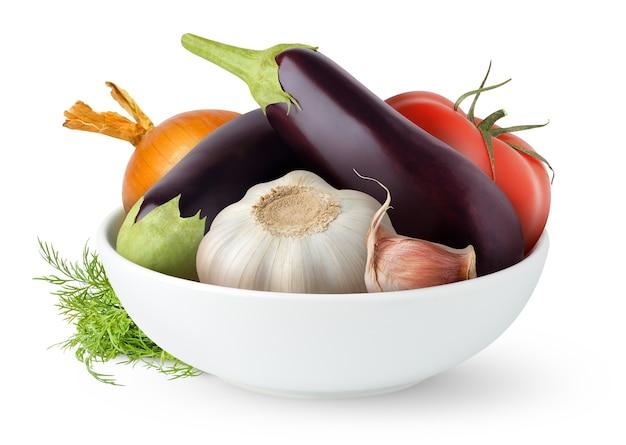 Rohes gemüse (auberginen, tomaten, zwiebeln, knoblauch) in einer schüssel isoliert auf weißer oberfläche