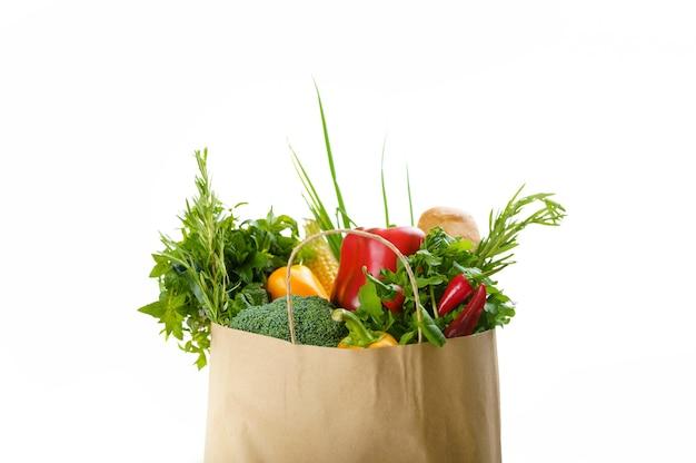 Rohes gemüse und obst in baumwolltasche, isoliert. bio-vegetarisches essen, lebensmittelprodukte, gesundes lebensstilkonzept