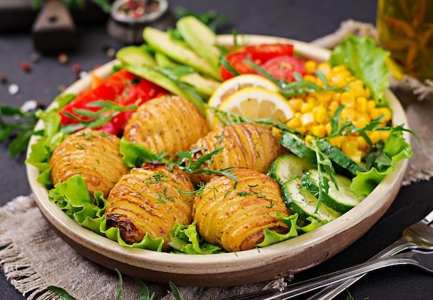 Rohes gemüse und ofenkartoffeln in einer schüssel.