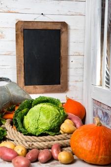 Rohes gemüse zum kochen von pot-au-feu mit tafel