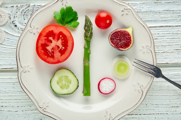 Rohes gesundes gemüselebensmittelkonzept im weiß
