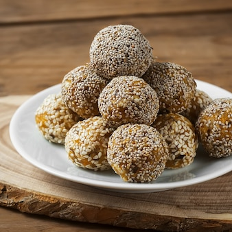 Rohes gesundes vegetarisches und veganes essen. bio-snack-häppchen mit trockenfrüchten, nüssen und honig. energiekugeln