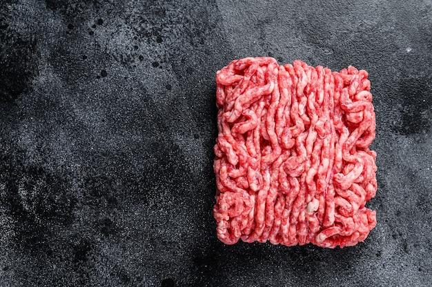 Rohes hackfleisch, hackfleisch. schwarzer hintergrund. ansicht von oben. platz kopieren.