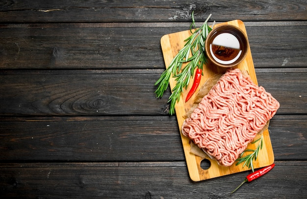 Rohes hackfleisch mit gewürzen und kräutern.