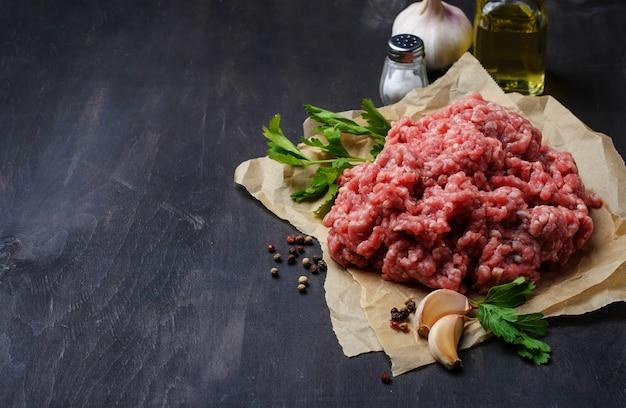 Rohes hackfleisch mit olivenöl und knoblauch