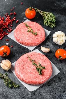 Rohes hackfleischschnitzel, rinderhackfleisch und schweinefleisch