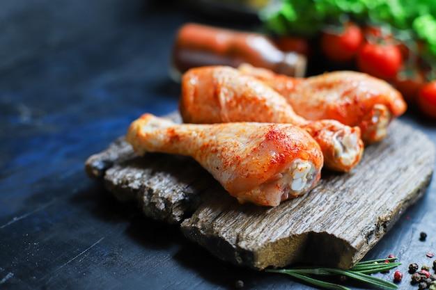 Rohes hähnchenschenkel marinade paprika barbecue gegrilltes fleisch