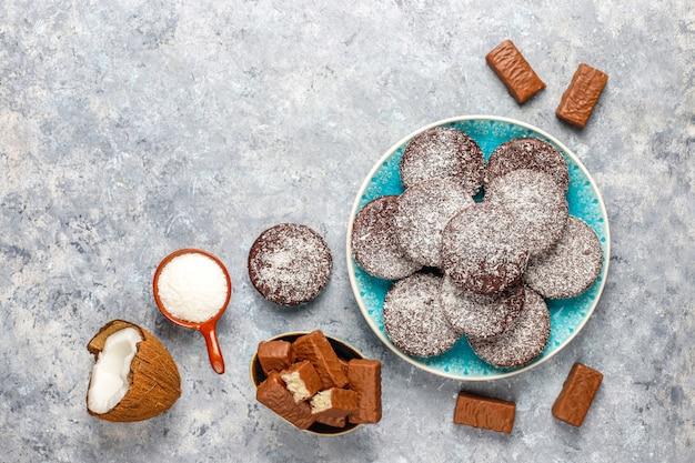 Rohes hausgemachtes veganes schokoladen-kokosnuss-dessert. gesundes veganes lebensmittelkonzept.