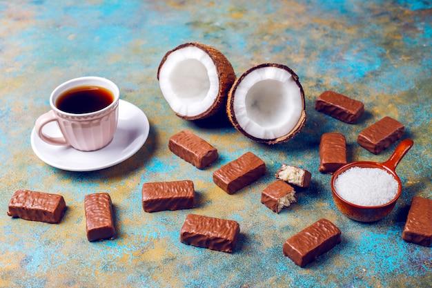 Rohes hausgemachtes veganes schokoladen-kokosnuss-dessert