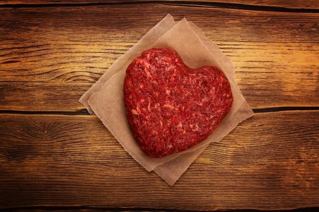 Rohes herzförmiges burgerkotelett