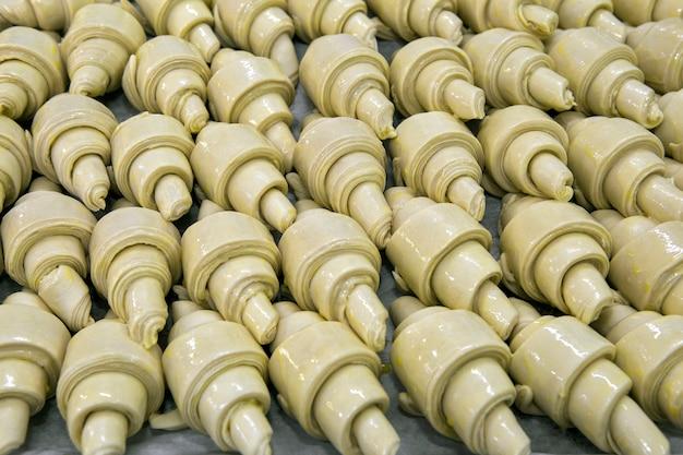Rohes hörnchen in der gärung an der bäckerei