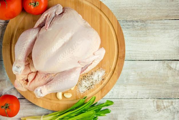 Rohes hühnchen. zutaten zum kochen. selektiver fokus