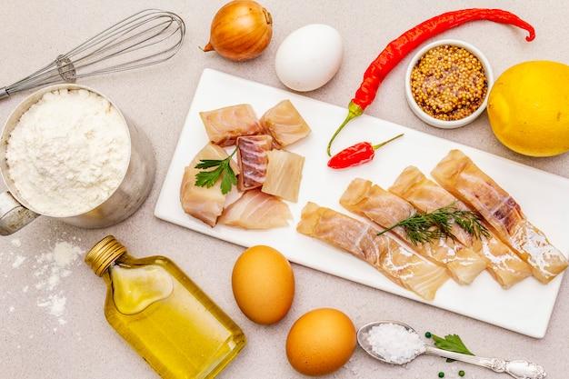 Rohes kabeljaufilet mit gemüse, gewürzen, eiern, olivenöl und mehl