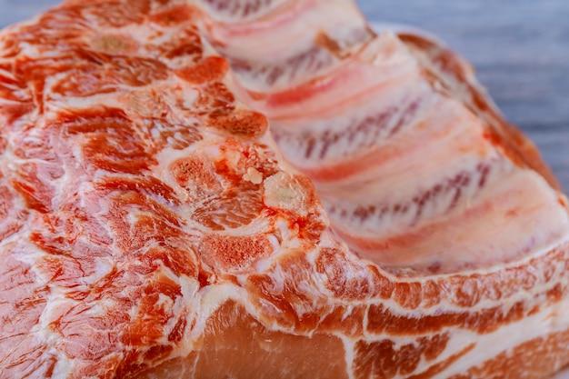 Rohes kalbfleischfleisch mit schweinefleischsteaks in metzgerei
