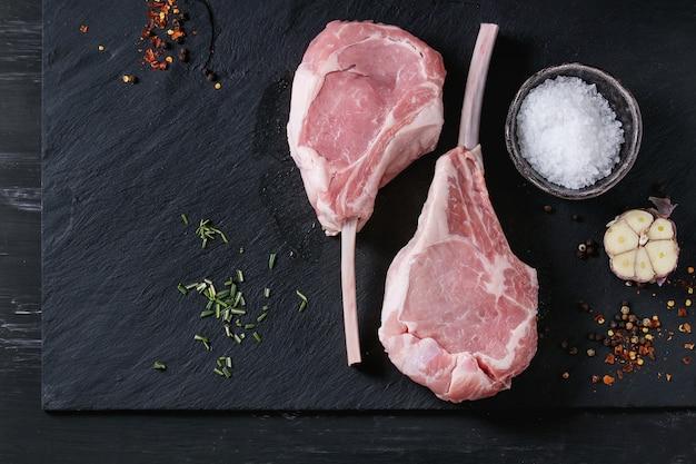 Rohes kalbs-tomahawk-steak