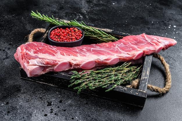 Rohes kalbskälber-rippchenfleisch mit thymian und rosmarin