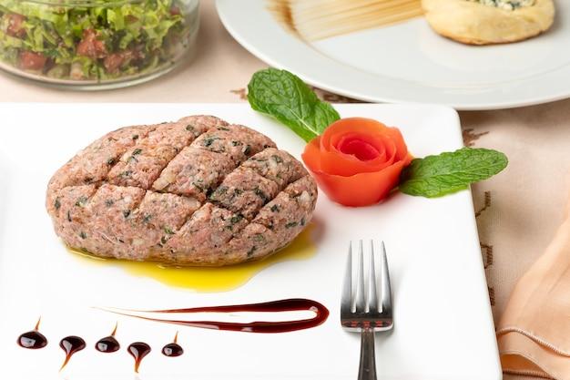 Rohes kibbeh auf einem weißen teller typisches essen der arabischen küche