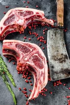 Rohes lammkotelett frisch geschnitten mit fleischerbeil