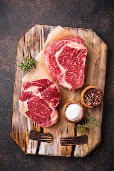 Rohes marmoriertes ribeye-steak und gewürze