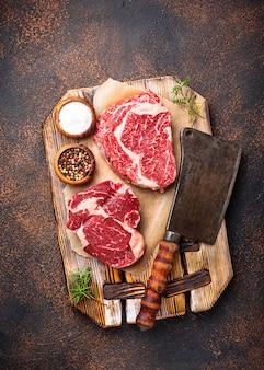 Rohes, marmoriertes ribeye-steak und metzgermesser