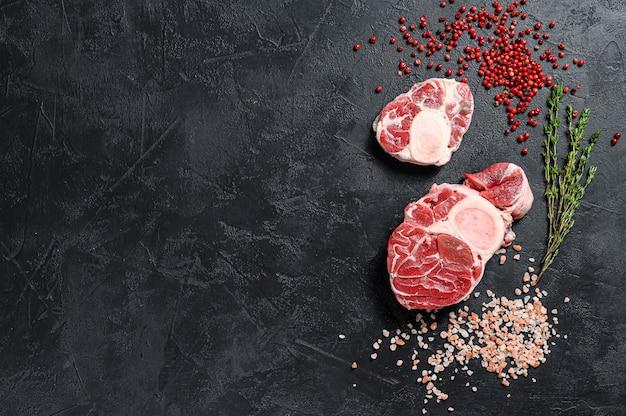 Rohes osso buco kalbsfleisch im schnitt und gewürze
